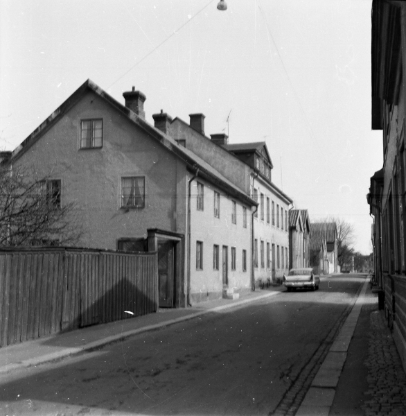 Nybrogatan 26-18 från Skvallertorget. 25/4 1964