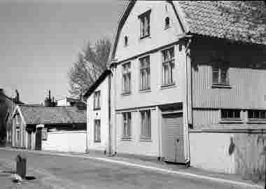 Nybrogatan mot Skvallertorget 23/5 1965. Högra huset Kronblads