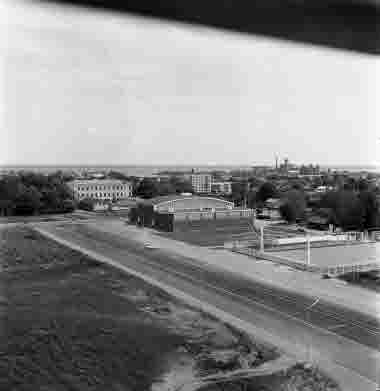 Utsikt från nya sjöbefälsskolan 18/6 1962 Norrgård, sporthallen, isbanan