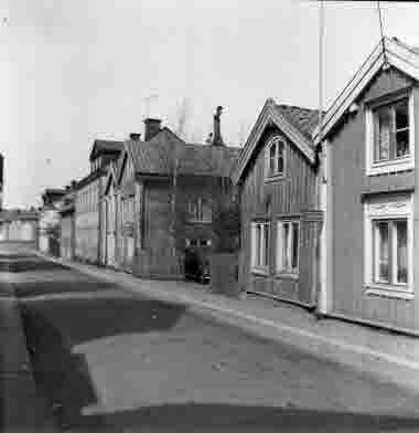 Nybrogatan mot Skvallertorget 25/4 1964. Nybrogatan 16 till höger